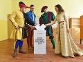 Do volebnej schránky v Holíči vhodili svoje hlasy aj účinkujúci na festivale Rotenstein v stredovekom oblečení.