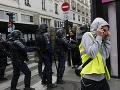 Žlté vesty opäť vyšli do ulíc Paríža: Stovka zatknutých, polícia použila aj slzný plyn