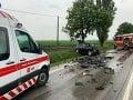 Tragické ráno pri Trnave: FOTO Čelnú zrážku neprežili dve osoby, cesta je už prejazdná