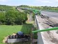 Hrozivá nehoda v Česku, kamión sa zrútil z mosta: VIDEO Padal 15 metrov, bola v ňom tehotná žena