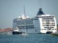 Silný vietor prekvapil pasažierov: VIDEO Do jachty v Benátskej lagúne takmer narazila výletná loď