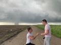 Mladík pred zúriacim tornádom požiadal svojho priateľa o ruku: FOTO jedinečného momentu