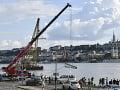 K potopenému vraku na Dunaji sa plaví najväčší žeriav strednej Európy