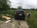 Muž a žena vyhadzovali odpad do prírody v bratislavskej Dúbravke.