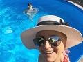 Zuzana Vačková trávi teplé letné dni pri bazéne.