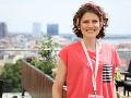Erika Mokrý porazila rakovinu a hoci prišla o jeden prsník, úsmev jej z tváre neschádza.