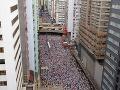 Demonštrácie v Hongkongu neutíchajú: Ľudia zablokovali dopravné tepny aj vládne budovy