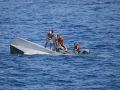 Prevrátenie lode s migrantmi si vyžiadalo sedem obetí
