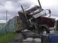 VIDEO V Montane sa prevrátil kamión: Bzučiaci náklad, uletelo z neho 133 miliónov včiel
