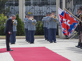 Andrej Kiska počas prehliadky čestnej stráže pri odchode z Prezidentského paláca v Bratislave.