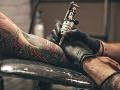 Pozor na tetovanie a piercing! Jedného z piatich ľudí postihne tento problém