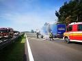 Na diaľnici D2 v smere do Bratislavy je odstavený kamión po požiari.