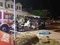 Nehoda autobusu a auta v Bratislave mala tragický koniec.