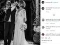 Tommy Lee a Brittany Furlan na svadobnej fotografii.