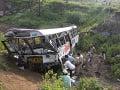 Obrovská tragédia, autobus spadol do 150 metrov hlbokej rokliny: Najmenej 42 obetí