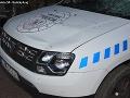Hororová scéna v Kráľovskom Chlmci: FOTO Muž zaútočil sekerou na policajtov