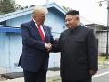 FOTO Trump sa stretol s Kimom: Podali si ruky na hranici, nečakané pozvanie do Washingtonu