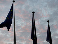 Vlajka EÚ sa vznáša vo vetre, keď slnko vyrastá počas celonočného rokovania