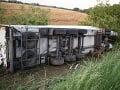 FOTO Hrozivé ráno na našich cestách: Vodič (32) prešiel do protismeru, kamión narazil do stromu