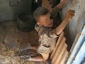 Škandál na Ukrajine: Zneužíval syna, z výchovných dôvodov ho bil a držal na reťazi ako psa