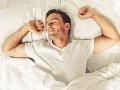 Muži, chodievate spať pred pol jedenástou večer? Robíte dobre, nečakane to vplýva na túto vec