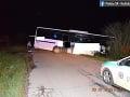 Alkohol zaviedol vodiča autobusu do stromu: Skončil v priekope, mal vyše dve promile