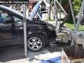 Vodič vletel s autom na chodník: FOTO Rozbitej autobusovej zastávky, našťastie bola prázdna