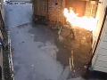 Extrémista plný nenávisti nalial cez okno benzín, škrtol zápalku a.... s takým výsledkom iste nerátal!