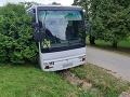 FOTO Vodič autobusu v okolí Košíc skolaboval: Autobusom sa rútil dedinou, napálil do auta