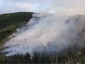 Požiar pri obci Bystrá je už pod kontrolou: Hasiči však pokračujú od skorého rána