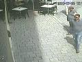 Dvoch mužov tmavšej pleti, pravdepodobne Rumunov, zachytili kamery.