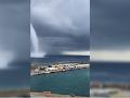 Hrozivé vrtochy európskeho počasia: Obrovský vír sa zjavil iba kúsok od lodí kotviacich na Korzike