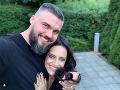 Speváčka Lucie Bílá a jej road manažér Radek Filipi žiaria šťastím.