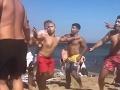 Brutálny výjav na pláži
