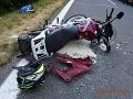 Vodič mal len 16 rokov: FOTO Na motorke bol nepozorný, vpálil do auta, nitrianska polícia vyzýva