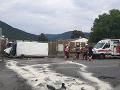 FOTO Vážna nehoda pri Rožňave: Havária dodávky, posádku museli vyslobodzovať hasiči