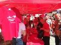 Prívrženci tradičnej rodiny si obliekli červené tričká.
