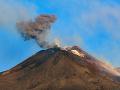 Sicílska sopka Etna sa zrejme opäť prebúdza k životu: Unikajú z nej oblaky popola