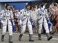 Na snímke členovia posádky misie 60 na medzinárodnú vesmírnu stanicu ISS zľava americký astronaut Andrew Morgan, ruský kozmonaut Alexander Skvorcov a taliansky astronaut Luca Parmitano
