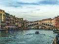 V pozadí most Ponte di Rialto