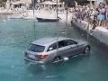 Dráma v Chorvátsku: VIDEO Nalodenie na trajekt nevyšlo, vodiča aj auto vyťahovali z mora