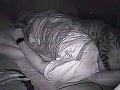 Mladík si dal do izby kameru, aby zistil, prečo má problémy so spánkom: To, čo zistil, je bizarné