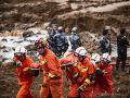 FOTO Vražedný zosuv pôdy v Číne: Počet obetí stúpol, nezvestných je stále 15 ľudí