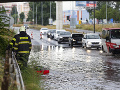 Na snímke hasiči  odčerpávajú vodu so zaplavenej Bajkalskej ulice pod Prístavným mostom v Bratislave.
