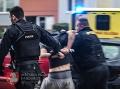 Nešťastie v Česku: FOTO Z okna vypadlo dieťa, jeho príbuzný skončil v putách, zasahoval i vrtuľník