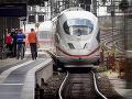 Muž sotil vo Frankfurte matku s dieťaťom pod vlak