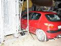Nepochopiteľné vyčíňanie mladej vodičky: FOTO V Kolárove prerazila bránu firmy, to nie je všetko