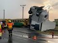 Veľká zrážka kamiónu s vlakom: Pri nehode utrpelo zranenia desať ľudí
