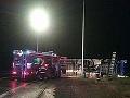 Pri Trenčianskej Turnej sa prevrátil kamión: Na cestu vytiekla nebezpečná kvapalina