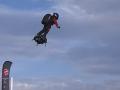 VIDEO Vynálezca po prvýkrát prekonal Lamanšský prieliv na flyboarde: Pristáť musel iba raz